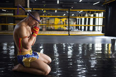 Kämpfer Muay thailändisches gebeugt im Ring stockbild