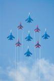 Kämpfer SU-27 und MIG-29, die Kunstfliegen durchführen Stockfotografie