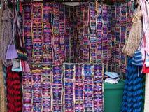 Kända armband på marknaden i Ensenada, Baja, Kalifornien, Mexico royaltyfri bild