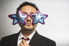 Kändis affärsman med achie för stjärnor för exponeringsglas galen och rolig, arkivfoto