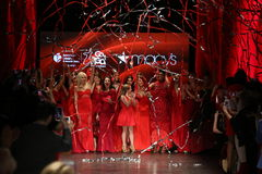 Kändisar går landningsbanafinalen på den amerikanska hjärtaanslutningen går röda för den röda klänningsamlingen 2016 för kvinnor Royaltyfri Foto