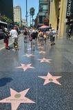 Kändisstjärnor går på av berömmelse i Hollywood Boluvedard royaltyfri foto
