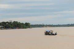 Känga på en flod i djungeln Arkivfoto