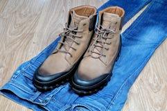 Kängor för läder för man` s på jeans Royaltyfri Bild