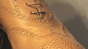 kängor isolerade vita läderben arkivfilmer