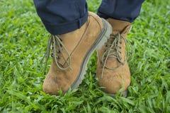 Kängor på gräs Arkivfoto