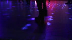 Kängor som dansar i diskotek stock video