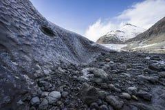 Känner sig som månen! Utanför en Island isgrotta på den Jokurlsarlon glaciären Royaltyfria Foton
