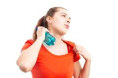 Känslaöverhettning för ung kvinna och kyla med vattenflaskan arkivfoto