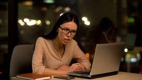 K?nsla f?r kvinnlig arbetare som ?r ilsken om det missade projektet som hatar unloved jobb, sp?nning arkivfoton