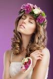 känsla Fantasirik kvinna med buketten av att drömma för blommor femininity royaltyfri foto
