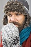 Känslig förkylning för ung man som försöker att hålla varmt, skaka och shiverin Arkivbild