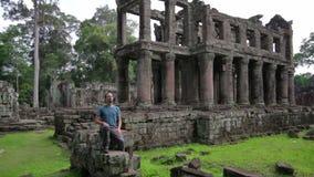 Känslig frihet för fotvandrare i den preahkhan templet, angkor, Kambodja stock video