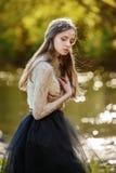 Känslig konststående av den härliga ensamma flickan i den nätta kvinnan för skog som utomhus poserar och ser dig Walkin gullig un Arkivfoto