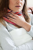 Känslig sjuk kvinna i halsduken Arkivfoton