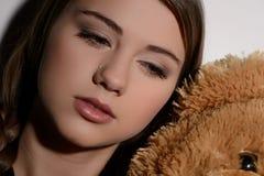 Känsligt ensamt. Närbild av den tonårs- flickan som bort gråter och ser Arkivbild