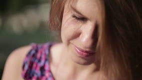 Känslobetonad stående av den unga härliga flickan med långt brunt hår close upp arkivfilmer