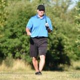 Känslolös äldre pensionärperson med Golf Club på golfbana royaltyfria foton