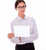 Känslolös brunettaffärskvinna med en skylt arkivbild