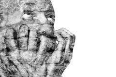 Känslomässigt obalanserad äldre man med hans händer nära framsidan Arkivfoton
