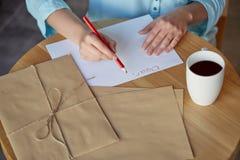 Kär vän! Ung kvinna som skrivar ett brev Royaltyfria Foton