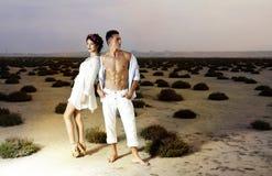 Kärlekshistoria av unga härliga par Fotografering för Bildbyråer