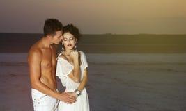 Kärlekshistoria av unga härliga par royaltyfria foton