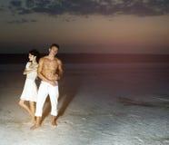 Kärlekshistoria av unga härliga par Royaltyfri Fotografi