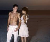 Kärlekshistoria av unga härliga par arkivfoto
