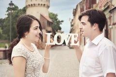 Kärlekshistoria - par som tillsammans poserar Arkivfoto