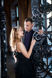 Kärlekshistoriapar, valentindag i lyxig inre Romanskt förhållande Royaltyfria Foton