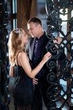 Kärlekshistoriapar, valentindag i lyxig inre Romanskt förhållande Royaltyfri Foto