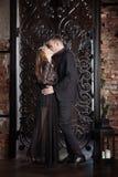 Kärlekshistoriapar, valentindag i lyxig inre Romanskt förhållande, kyss Arkivfoton