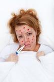 Kärlekskrank kvinna som lägger i säng Royaltyfri Fotografi
