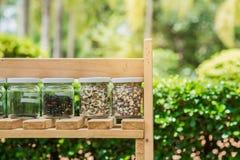 Kärna ur i krus på trähyllor Ekologifruktkonservbegrepp Royaltyfria Bilder