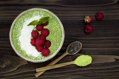 Kärnar ur chiaen Matcha för grönt te puddingbunken, strikt vegetarianefterrätt med hallonet, och kokosnöten mjölkar Över huvudet  royaltyfri foto