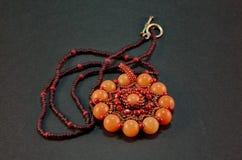 kärnar ur det handgjorda halsbandet för pärlan vävt Royaltyfri Fotografi
