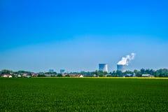 Kärnkraftverk i staden Fotografering för Bildbyråer
