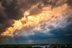Kärnkraftverk med en intensiv guld- och molnig himmel Royaltyfria Bilder