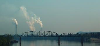 Kärnkraftverk och bro över floden Royaltyfria Foton