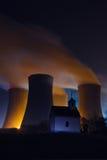 Kärnkraftverk och ett kapell Royaltyfri Fotografi