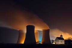 Kärnkraftverk och ett kapell Royaltyfri Foto