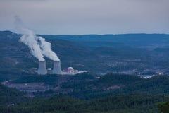 Kärnkraftverk och stad royaltyfri bild
