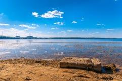 Kärnkraftverk på kusten royaltyfri fotografi