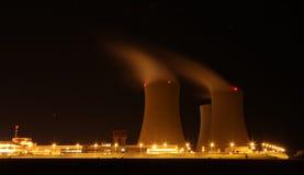 Kärnkraftverk på natten - Temelin, Tjeckien Arkivbilder
