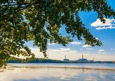 Kärnkraftverk sjö royaltyfria foton