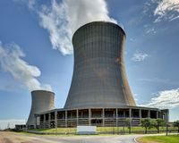 Kärnkraftverk som kyler torn royaltyfria bilder