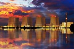 Kärnkraftverk vid natt Royaltyfria Bilder