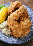 Kärnmjölkstekt kyckling med havre och potatisen Arkivfoto