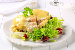 Käse überstieg Fischfilets mit Salat Lizenzfreies Stockfoto